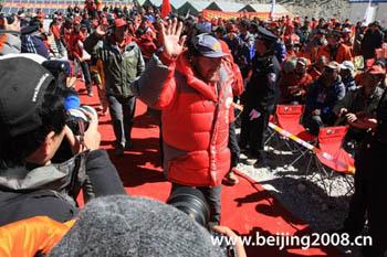 Chinese Mountaineering Association head Wang Yongfeng leads the mountaineering team to the celebration