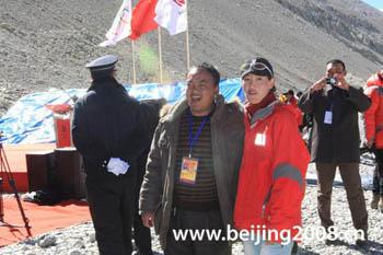 Cirenwangmu, a member of the mountaineering team, takes pictures with fans.